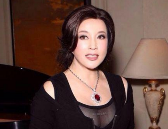 说好的冻龄女神呢?刘晓庆脸似蜡像,而她满脸玻尿酸好难受