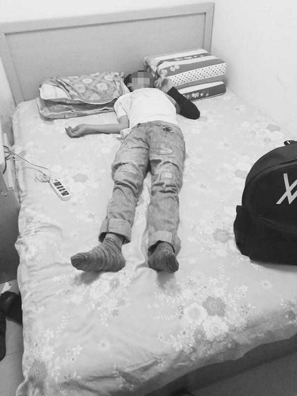 小伙吞安眠药自杀 警察冒雨拼命找他