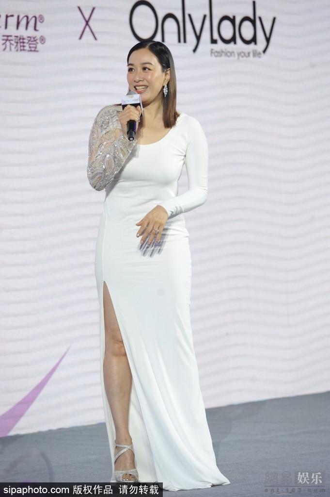 钟丽缇白裙现身活动 身材丰腴展冻龄美貌