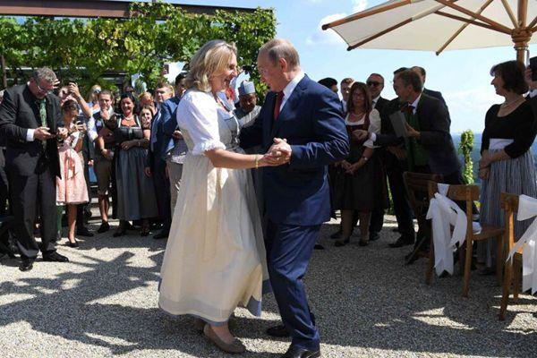 奥地利女外长婚礼普京到场庆祝 与其共舞