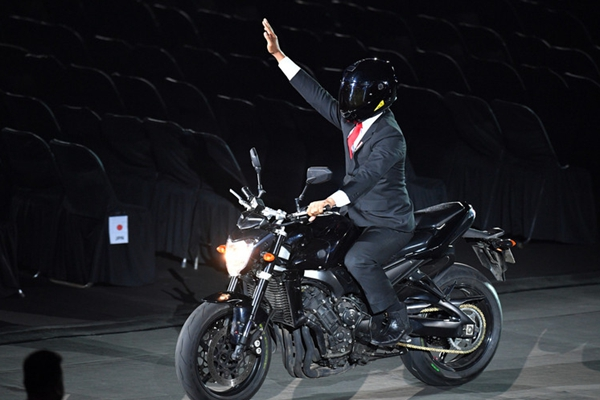 亚运会开幕式 印尼总统骑摩托霸气登场
