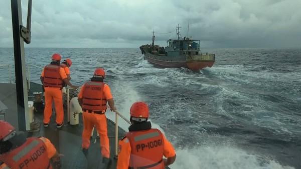台当局两天内连扣2艘大陆渔船 船员均遭带走盘问