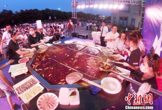 江苏常州上演千人火锅流水席 超大三米火锅吸睛