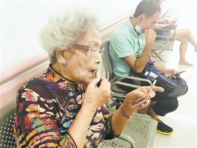 87岁医学名家穿旗袍抹靓丽口红出诊:尊重患者