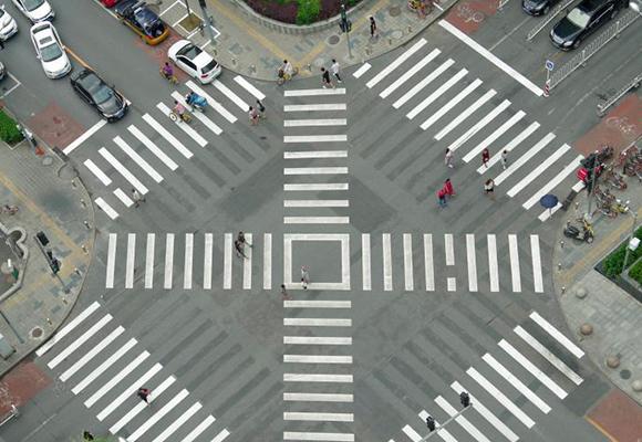 北京首个全向十字路口亮相 可沿对角线走到斜对面