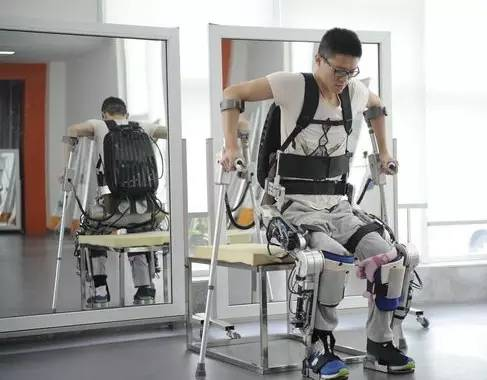 中国自主研发第四代外骨骼机器人助截瘫患者行走