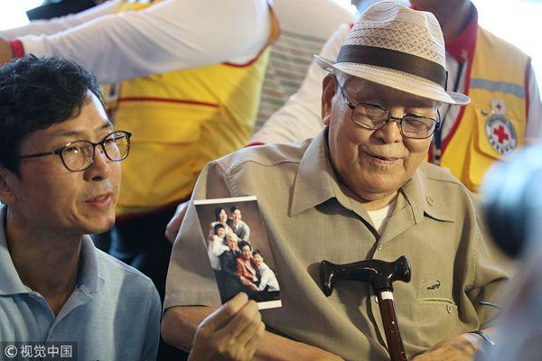 韩方离散家属团准备访朝 耄耋老人含泪展示全家福