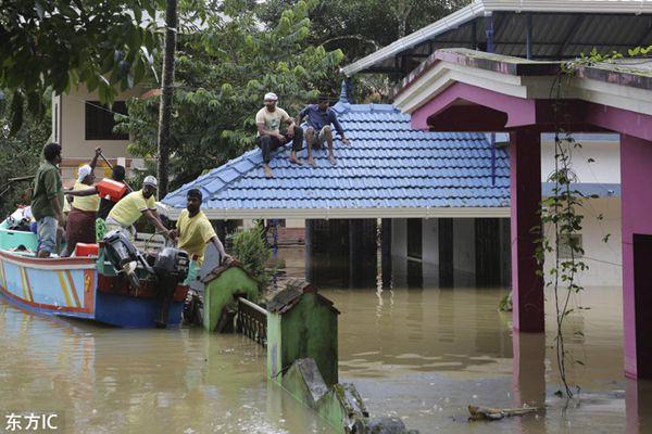 印度百年最严重洪灾死亡超300人 灾区一片汪洋民众被困屋顶