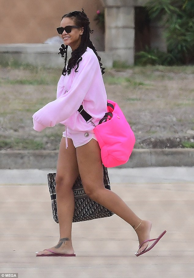 蕾哈娜现身机场巴巴多斯机场 俏丽可爱