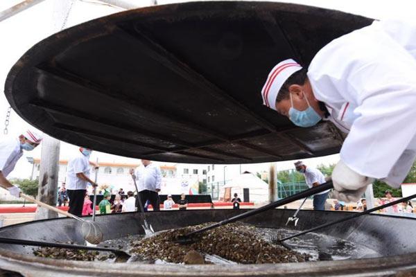 7名师傅用平底锅烹制600斤炕锅肉