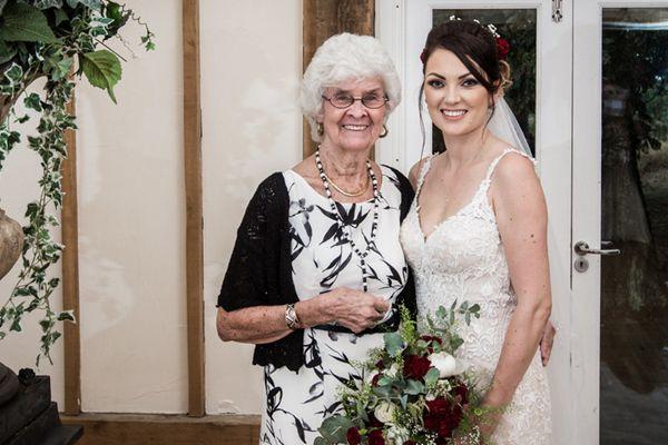 英女子邀请奶奶当伴娘 暖心婚礼充满爱意