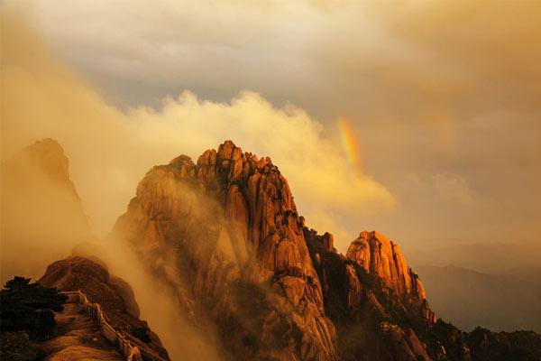 """台风""""温比亚""""过后 黄山之巅现彩虹"""