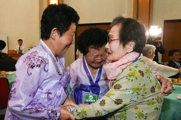 朝韩离散家属开始进行首轮会面 老人相拥哭泣