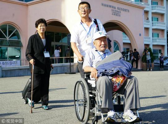 101岁老人背30双鞋赴朝看亲属:我带了全部家当