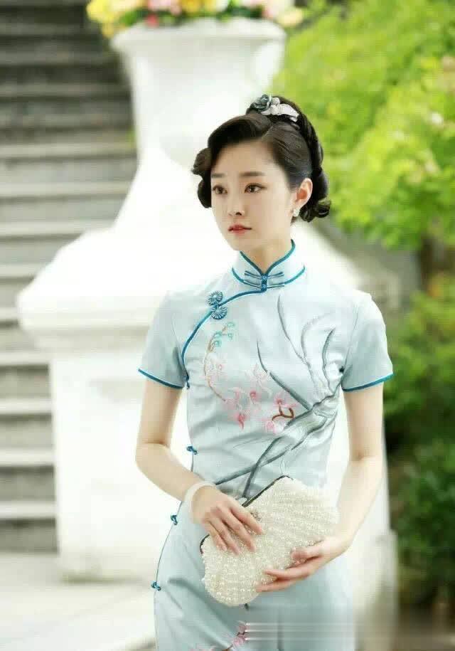 张柏芝的旗袍,章子怡的旗袍,她41岁穿旗袍和孔雀合影恬淡柔美