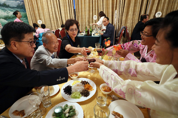 朝韩离散家属进行首轮会面 共进晚餐享团圆饭