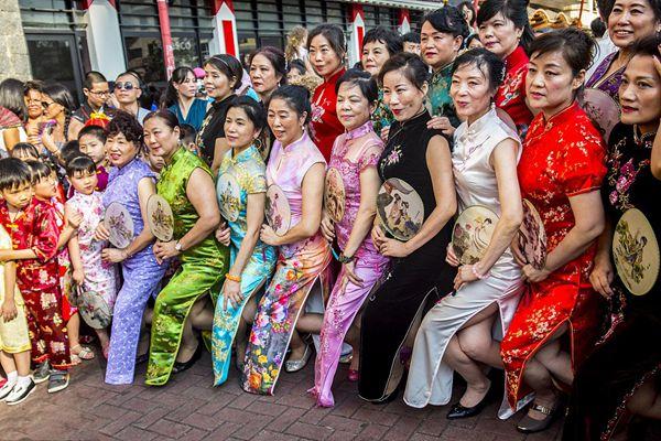 """百名华人在圣保罗参加""""旗袍快闪""""活动"""