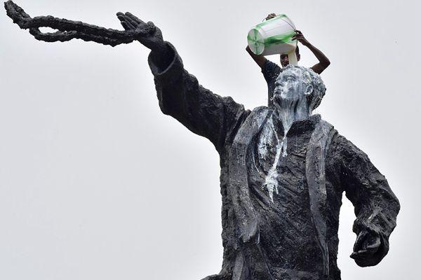 """印度国会纪念前总理诞辰 甘地雕像洗上了""""牛奶浴"""""""