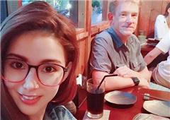 昆凌与帅气爸爸共进晚餐