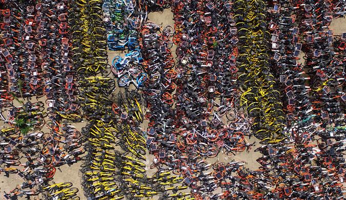 """武汉两万辆共享单车密集停放 """"车山车海""""场面壮观"""