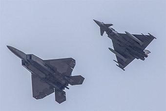 美F22战斗机抵达西班牙 将和台风战机一同训练