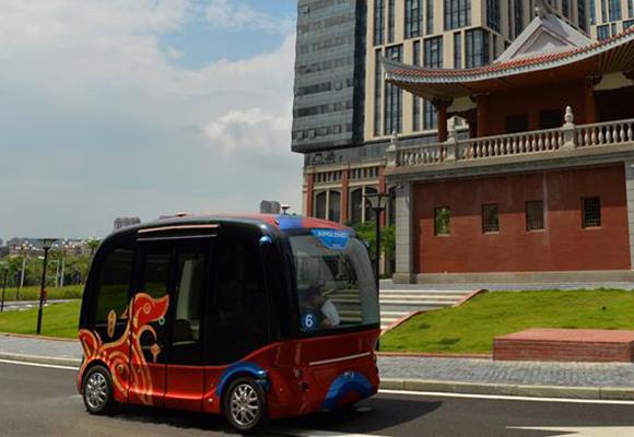 无人驾驶小型巴士亮相厦门 外形呆萌可容纳14人