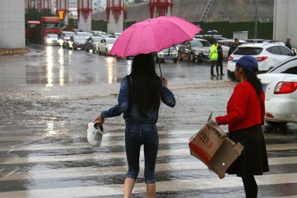 青海西宁发布暴雨黄色预警 市区街道积水严重
