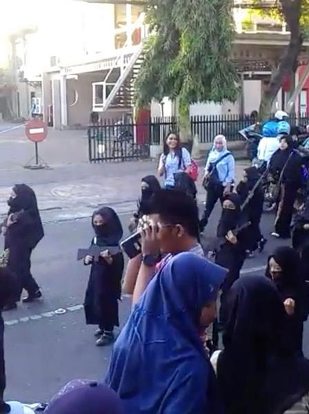 """印尼托儿所孩子穿疑似""""伊斯兰国""""服装参加游行惹争议"""
