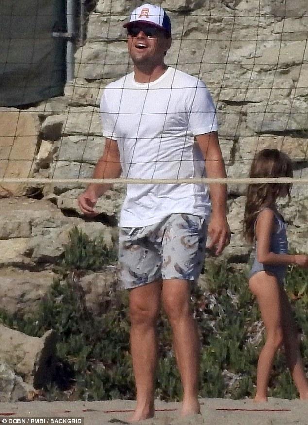 莱昂纳多度假玩沙滩排球