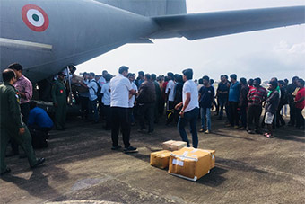 印度派C130J运输机运送96医生前往水灾灾区