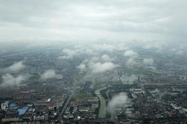 江苏扬州雨后现云海 城市若隐若现