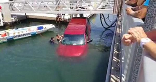加州一汽车撞破码头护栏坠入海中 旁观者奋力搭救