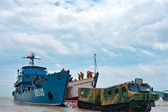 陆军出动登陆舰让装甲车抢滩登陆