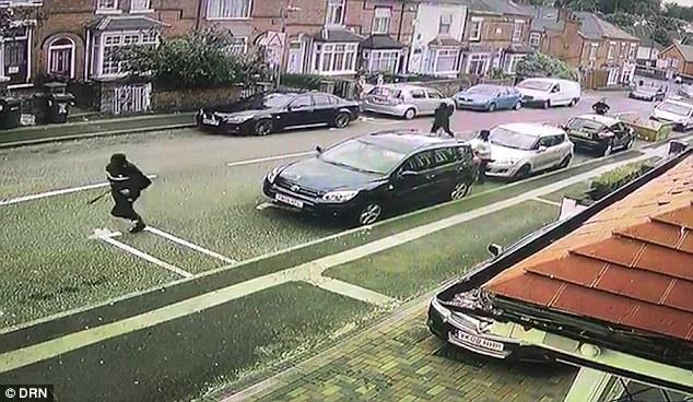 英住宅区街道上演帮派追杀 一暴徒被飞车撞飞
