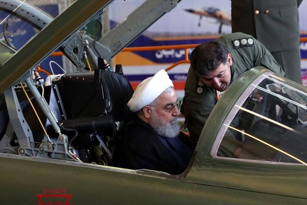 """伊朗展出首架国产喷气式战斗机 鲁哈尼进机舱""""试驾"""""""