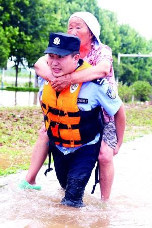狂风暴雨中他们逆行救人