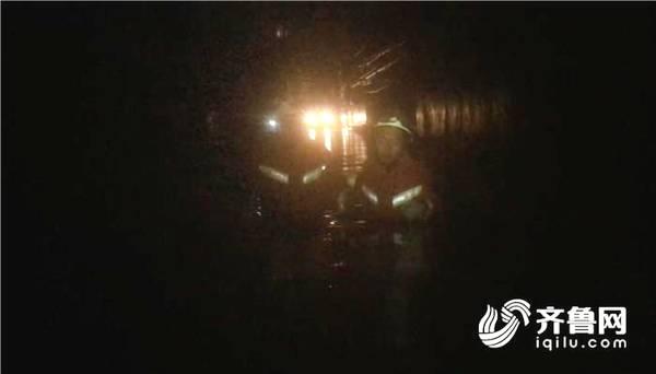 潍坊昌邑雨水倒灌低洼民房10人被困 消防官兵紧急救援