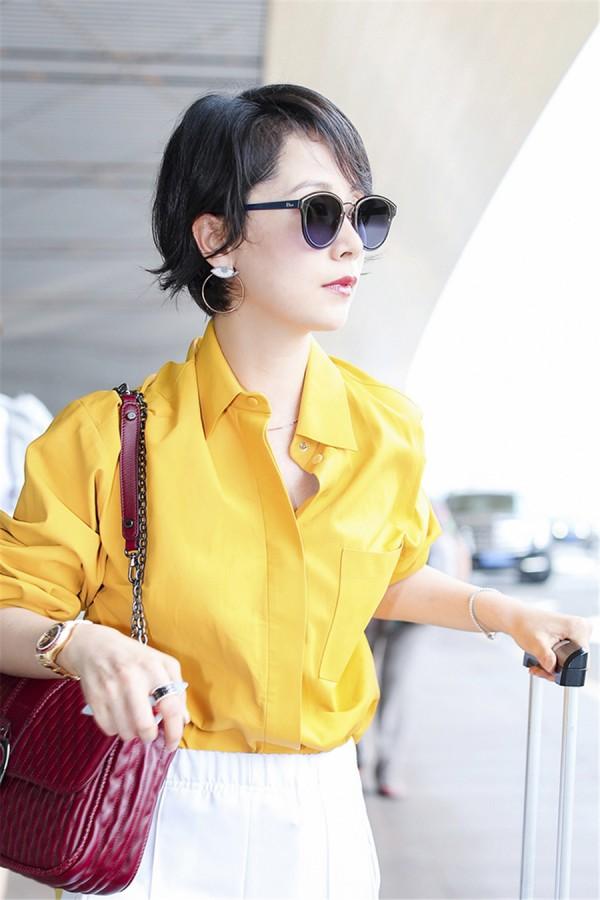 海清现身机场演绎初秋时尚