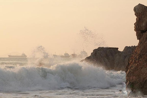 受台风影响 大连海边掀巨浪
