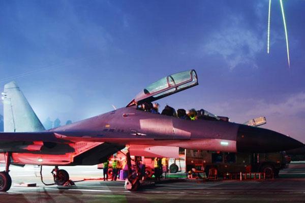 东部战区空军航空兵某旅组织拂晓飞行训练