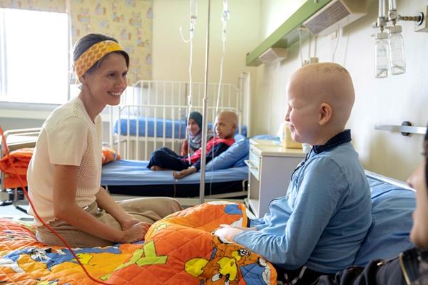 叙利亚第一夫人带病探望癌症患儿 与萌娃亲切互动