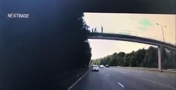 飞来横祸!英暴徒桥上扔下巨物砸中行驶汽车