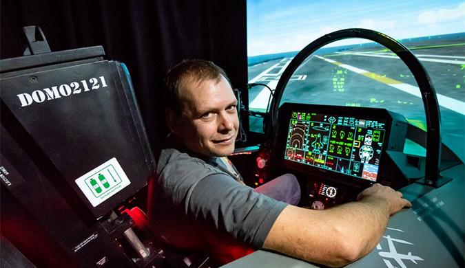 英国自闭症男子自家花园造出F-35B飞行模拟器