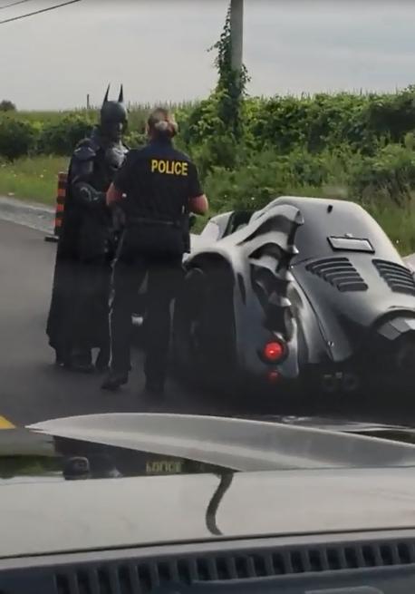 """加拿大""""蝙蝠侠""""开""""蝙蝠战车""""被交警叫停"""