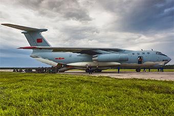 中国参加演习机群抵达俄罗斯 受到热烈欢迎