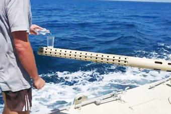 城会玩!乌克兰军舰展示航行中用炮管平端酒杯
