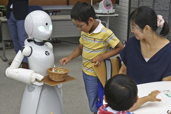 日本公司研发智能机器人 化身服务员有模有样