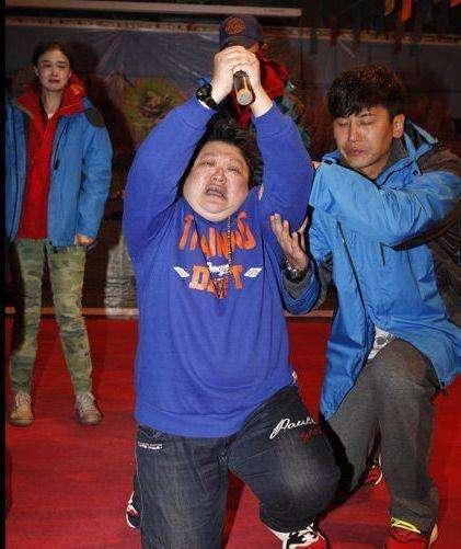 同样是当众下跪, 周润发刘德华感动无数人, 他丢尽国人的脸