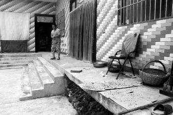 村子附近有养鸡场苍蝇乱飞 村民提一袋苍蝇投诉