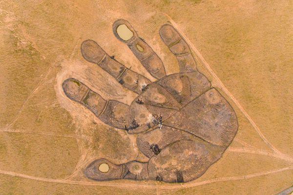 """内蒙古草原惊现""""如来神掌"""" 占地相当于6个足球场大"""
